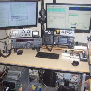 今の無線室を紹介