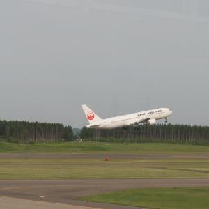 帯広空港は大幅減便中ですが・・何故か活気のあるひと時。