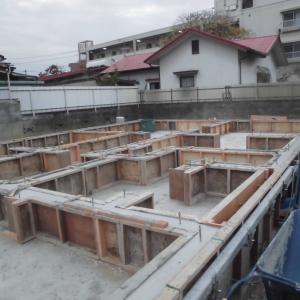 今朝の基礎施行画像と市街地の新築現場画像。
