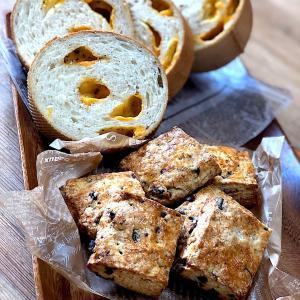 チェダーチーズパンとチョコナッツビスケット