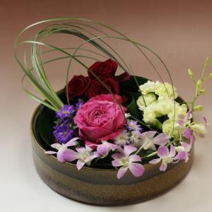 グルーピングしたお花を水盤に生ける