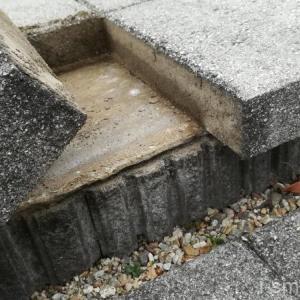 これは危ない。外構の床ブロックが剥がれてしまったのでDIYで補修してみる。