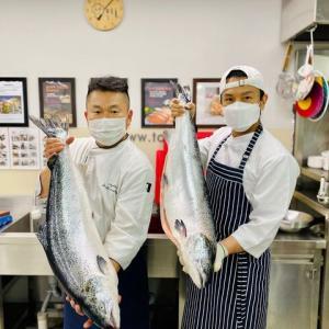 「最高の料理の秘訣」新MCキム・ドンワン、直接鮭をさばくところまで