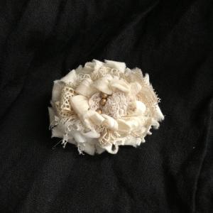 裂き布とアンティークレースのお花ブローチ