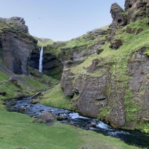 アイスランドの滝(2)南アイスランド、有名な滝の至近距離にもう一つの名滝クヴェルヌフォス