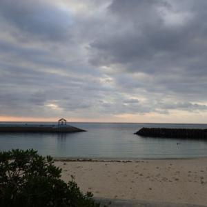 宮古島の早朝の海の中へ