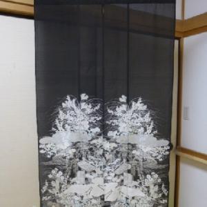 黒の絽縮緬の着物で作った暖簾