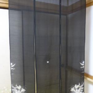 黒の絽縮緬の着物で作った暖簾  2