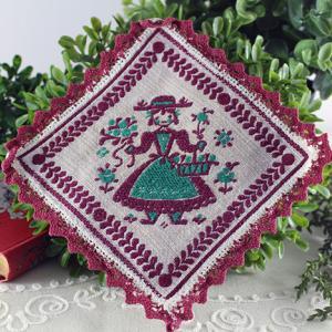 民族衣装の女の子の刺繍の四角いクロス