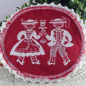 民族衣装の男女の赤い刺繍クロス
