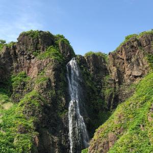 龍の住む滝を見ながら