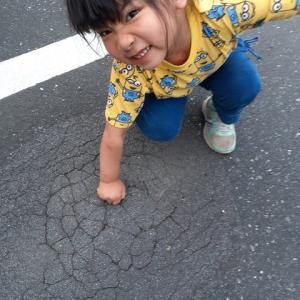 【画像】幼女さん、アスファルトを破壊するwwwwwwwwwwwww