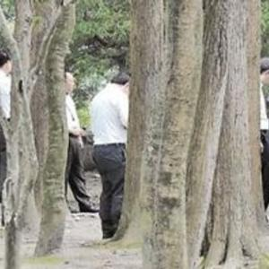 【画像】喫煙所撤去で行き場を失くした人たち、ゾンビのように公園へ大集結wwwwwwww