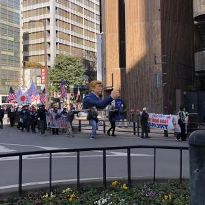 【悲報】ネット右翼さん、トランプの銅像を掲げて街中を行進wwywwywwywwywwy