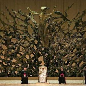 【画像】ローマ教皇の謁見風景、怖すぎるwwwwwwwww