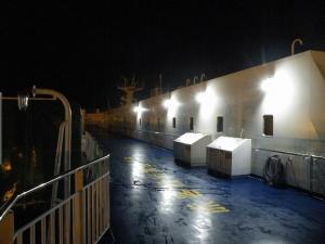 夜の仙台港を出港です
