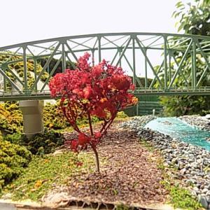 製作した複線曲弦大トラス鉄橋のジオラマは嵯峨野観光線のトロッコ嵐山駅 - トロッコ保津峡駅間の保津川に架かる全長84mの橋梁であった。