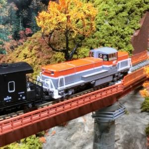 今度はこっちのKATOカーブ鉄橋セットR481-60°(非電化・朱)ジオラマにDE10とタキ1000編成もう秋なんです。