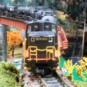 グレードアップ?されたKATOカーブ鉄橋セットR481-60°(非電化・朱)ジオラマにJR DE10形ディーゼル機関車(JR九州黒色塗装B)とタキ編成
