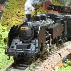 KATO C11と貨物列車がKATOカーブ鉄橋セットR481-60°(非電化・朱)ジオラマに