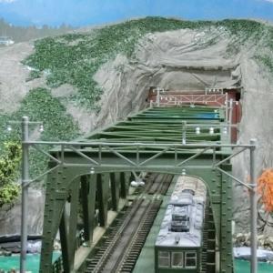 KATO複線トラス鉄橋を使ったジオラマの山坊主にターフを撒いてみました。