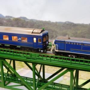 JR 24系25形特急寝台客車(北斗星・JR東日本仕様)がTOMIX上路式単線トラス鉄橋を走る