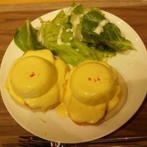 エロイーズカフェ 横浜ハンマーヘッド店 / エッグベネジクト + カレーパン