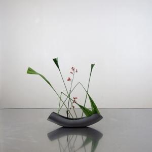 弓形の花器に、三角形と直線を組み合わせて―B/光峰窯