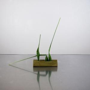 小さめの花器に、鋭い線で