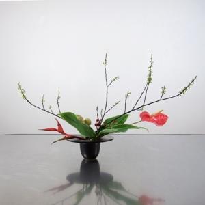 帽子のような花器で、横長に生ける