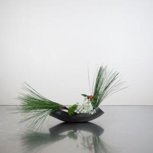 お正月花 A 大王松をメインに、弓形の花器で
