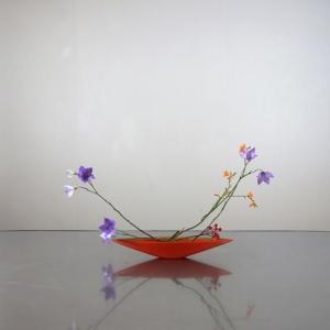 赤い花器に、キキョウを、和柄の様に