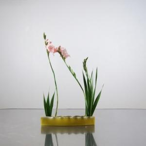 大きなグラジオラスを、黄色い花器・赤い花器・小さな花器に生けてみる