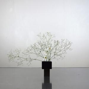 極小花器シリーズ‐d 白色の菊とカスミソウをソフトに