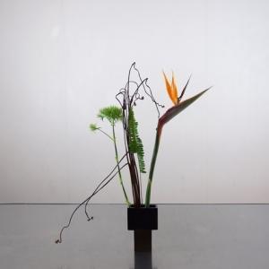 極小の花器で、花材の重さを見ながらバランスよく挿す