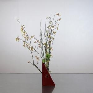 赤色変形花器に、素材そのままを素直に生ける