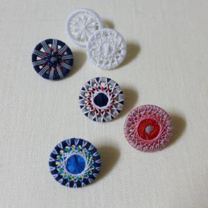 糸ボタン、色遊びブローチ