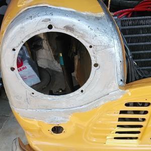 ローバーミニ DIYレストア サビ穴をパテで埋めていきます