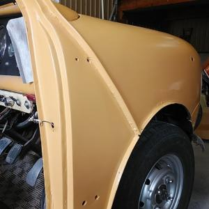 ローバーミニ DIYレストア 右フロントフェンダーに色が入りました
