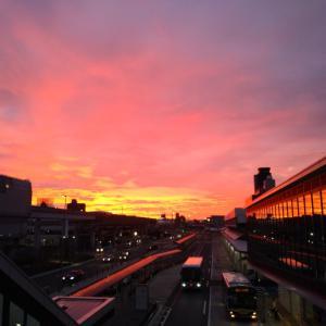 大阪空港の朝焼けと朝焼けに架かる虹♪