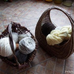 手紡ぎ毛糸でいっぱいのバスケット