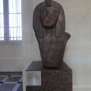 ルーブル美術館にある古代エジプトのファラオ、オルソコン1世の像から