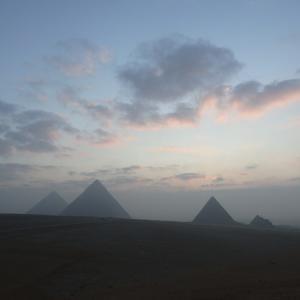 朝のピラミッドの風景