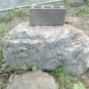 庭石二個目はさらに大きい