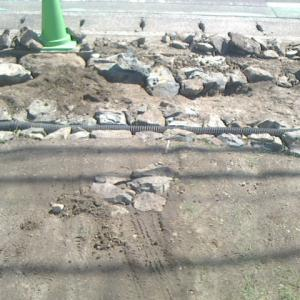 駐車場入り口に敷石を置く