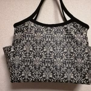 アラベスク模様のファスナーバッグ