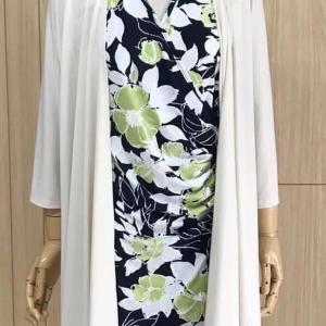 夏のクーラーなどの冷え対策に買うなら、真っ白なアウターでなく、○○なら秋も着られますよ!