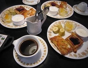 今朝はパイの朝食 ♪