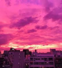 台風の前日の紫色の空