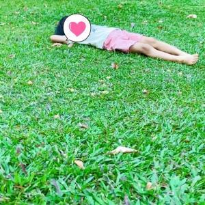 芝生の上を裸足でピクニック
